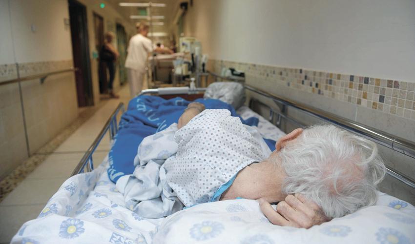 קשיש במסדרון בבית חולים (צילום: מורן מעיין)