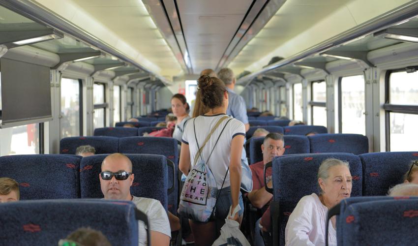 נוסעים ברכבת העמק (צילום: גיל אליהו)