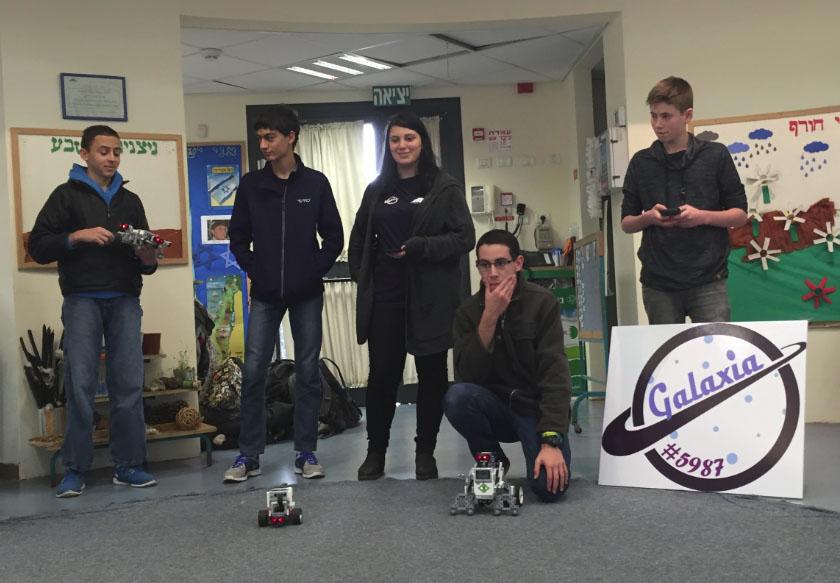 צוות מגמת הרובוטיקה של תלמידי התיכון בריאלי (צילום: בית הספר הריאלי)