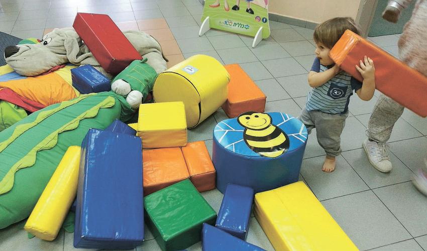 """""""חלל ידידותי לתינוקות, מלא בצעצועים וחפצים רכים"""""""