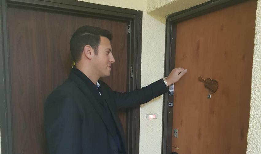 """דוד עציוני נוקש על הדלתות. """"התושבים צריכים לדעת שיש להם אל מי לפנות"""""""