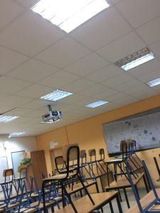 המקרן שפוגע באקוסטיקה של התקרה