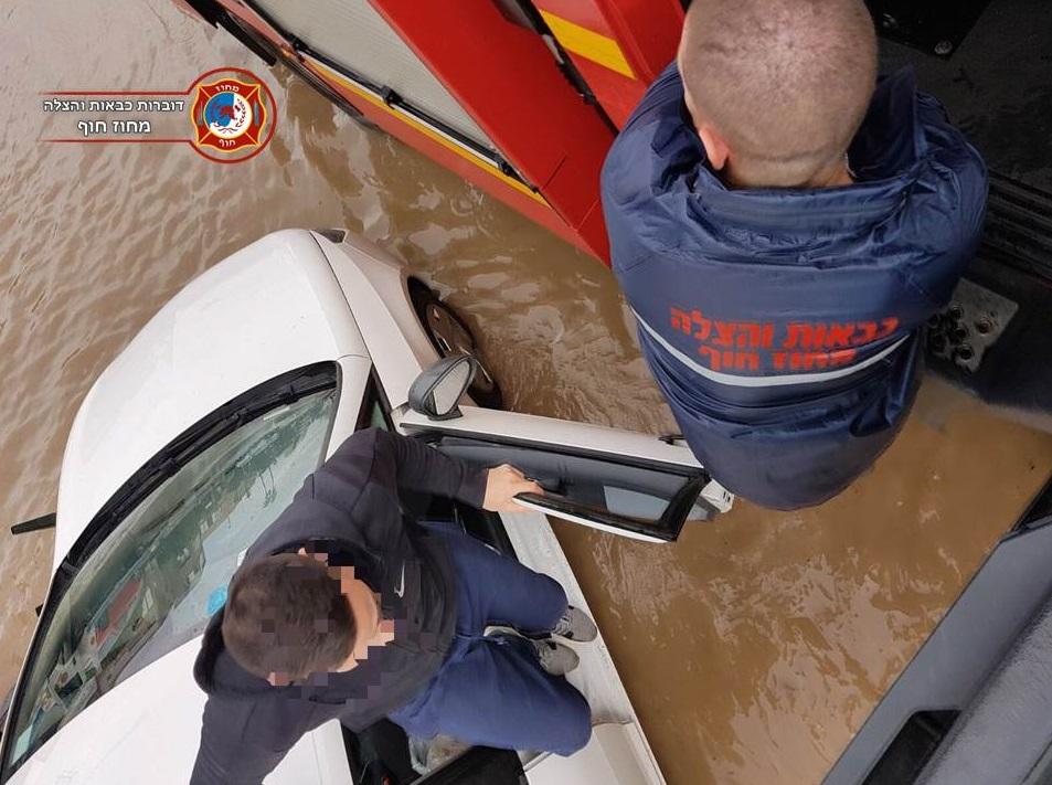 חילוץ נהג מרכב בחיפה (צילום: דוברות כבאות והצלה מחוז חוף)