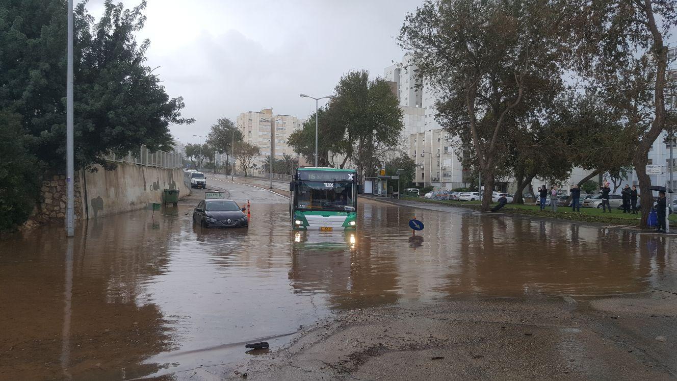 אוטובוס בשלולית ברחוב יציאת אירופה (צילום: דוברות איחוד הצלה כרמל)