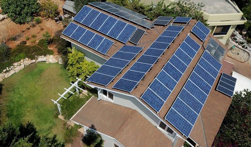 פאנלים סולריים על גג בית (צילום: אלון לויטה)