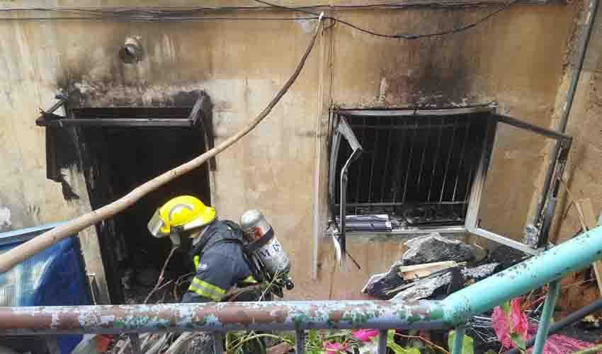 כיבוי שריפה ברחוב רענן (צילום: דוברות איחוד הצלה כרמל)