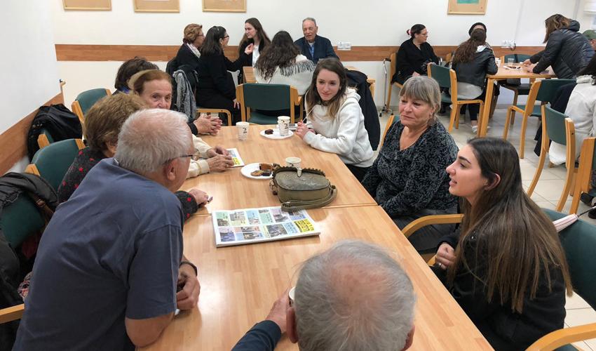 תלמידות תיכון קרית חיים וניצולי השואה במועדון קפה בריטניה (צילום: תיכון קרית חיים)
