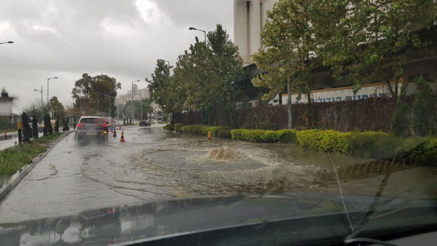 הצפה בכביש חטיבת גולני (צילום: דוברות איחוד הצלה כרמל)