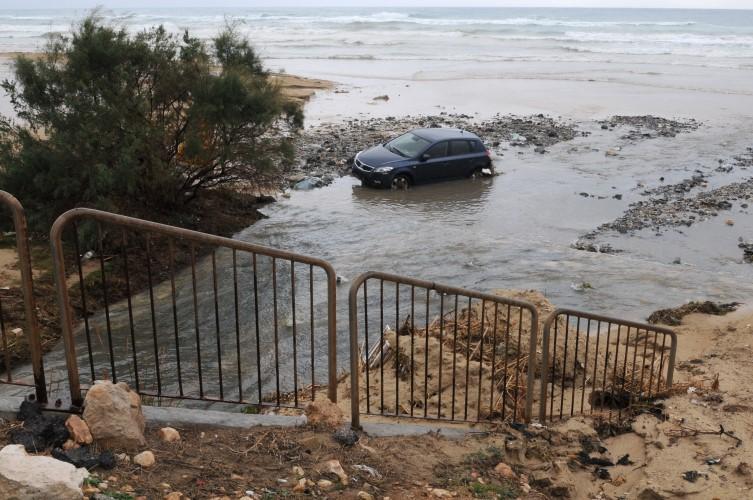 רכב שנסחף לים בעקבות הגשם בתחילת השבוע (צילום: רמי שלוש)