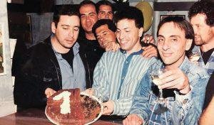 """שחף עם דורי גילפז בצינזאנו אי אז בשנות ה-90. """"כל אחד חולם שיהיה לו פאב שבו הוא יוכל לעמוד על הבר ולארח חברים"""""""