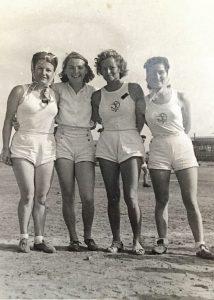 קמינר (ראשונה מימין). הצטיינה גם באתלטיקה