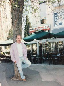 """כץ ליד קפה הבנק. """"היה לי מקום אבל לא היה לי מושג מה אני הולך לעשות"""" (צילום: גוסטבו הוכמן)"""