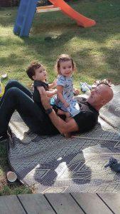 כץ עם הנכדים. מקפיד לבקר בחיפה