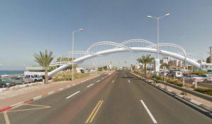 הגשר העתידי מבית הספר לחוף הים, בצורת מולקולת DNA (הדמיה: משרד צמיר אדריכלים ומתכנני ערים)