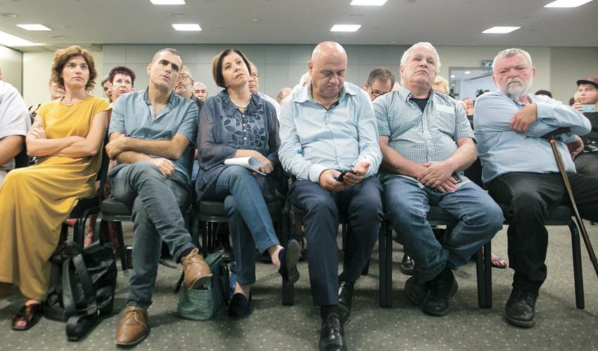 """הנהגת מר""""צ. בסניף החיפאי מחכים להם (צילום: דודו בכר)"""