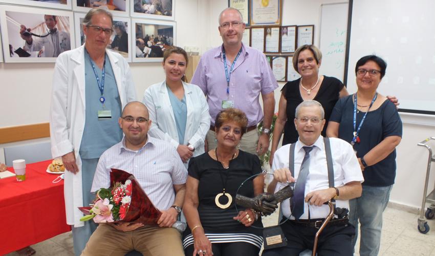 הנתרמים, אנשי הנהלת המרכז הרפואי כרמל וצוות ההשתלות (צילום: אלי דדון)