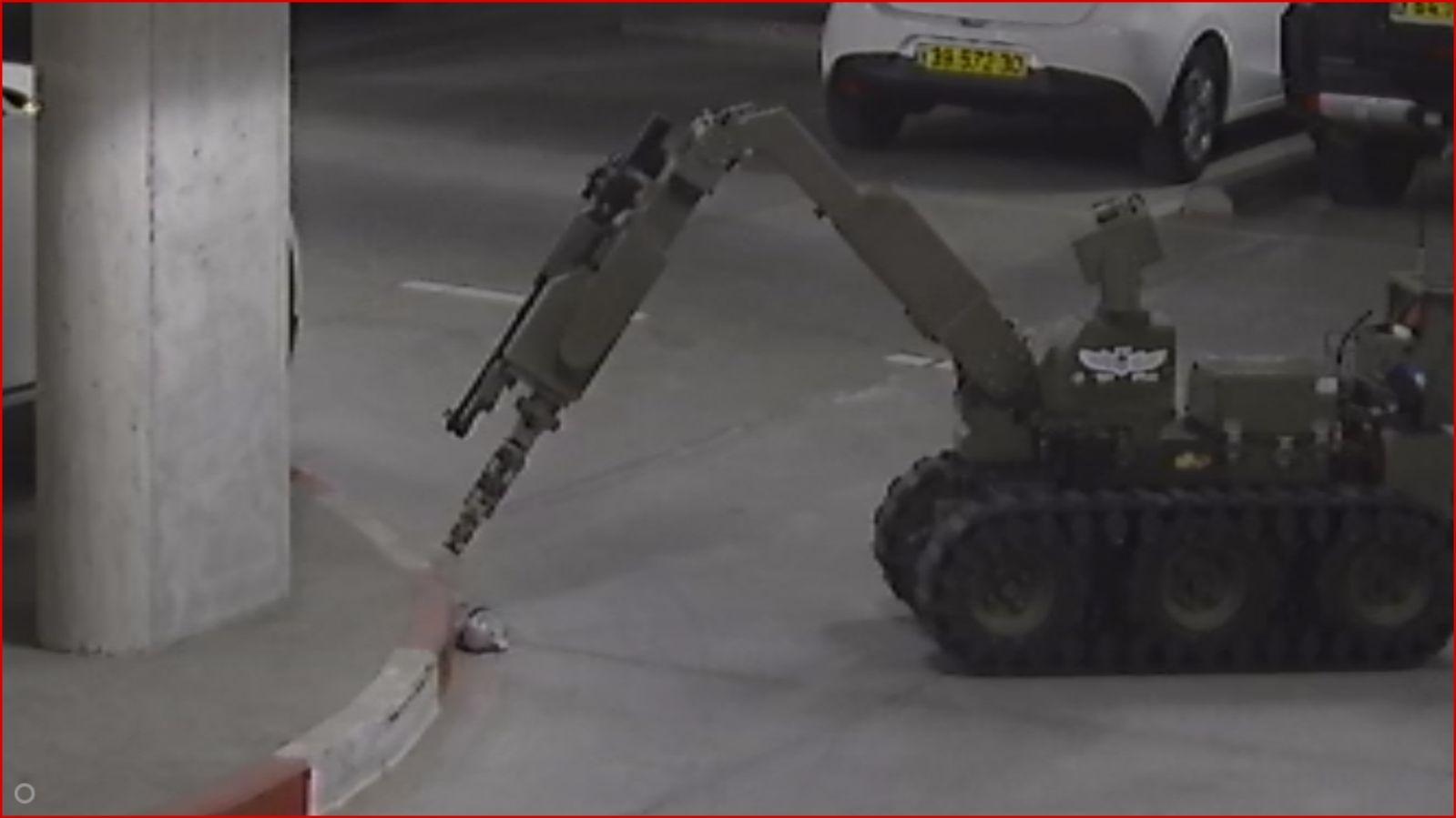 רובוט החבלה בבניין בנאות פרס (מתוך מצלמות האבטחה)
