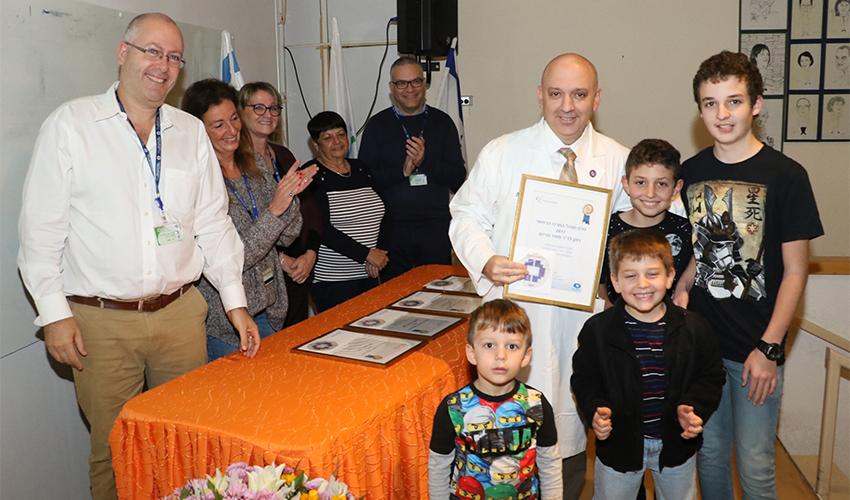 """ד""""ר מאיר פרייס ופרס ההצטיינות (צילום: אלי דדון)"""