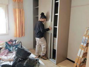 """התקנת הארונות בדירה. הבעלים של סניף Kloss בצ'ק פוסט שרון יצחק: """"הסיפור שלה תפס את לבי"""" (צילום: נופר דרעי)"""