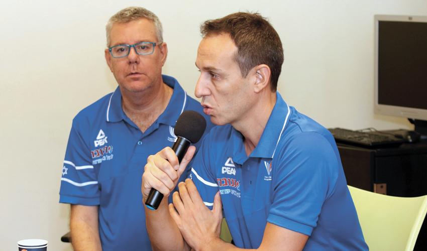 מאמן נבחרת ישראל עודד קטש ודובר איגוד הכדורסל חגי סגל. חיפה לא על המפה (צילום: שרון בוקוב)