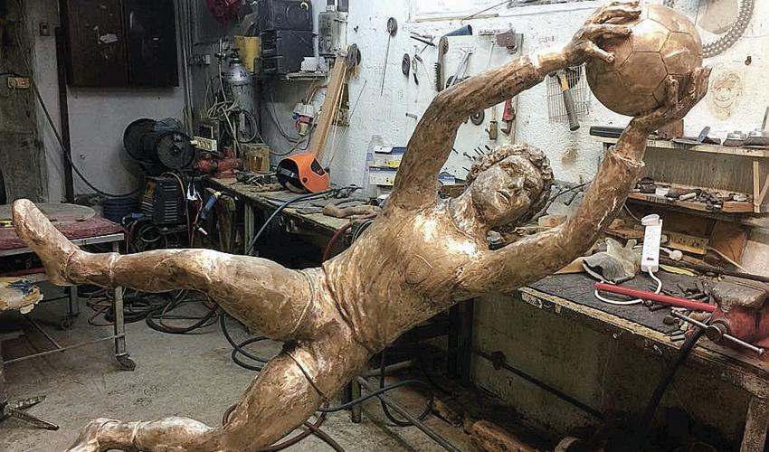 פסלו של אבי רן. אמנים יופיעו בהתנדבות