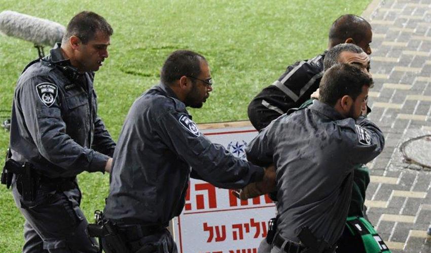 יד קשה של המשטרה נגד אוהדי מכבי. היכונו לבידוק קפדני (צילום: צלמוס)