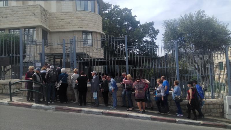 התור בכניסה לקונסוליה הרוסית בחיפה (צילום: אלה אהרונוב)