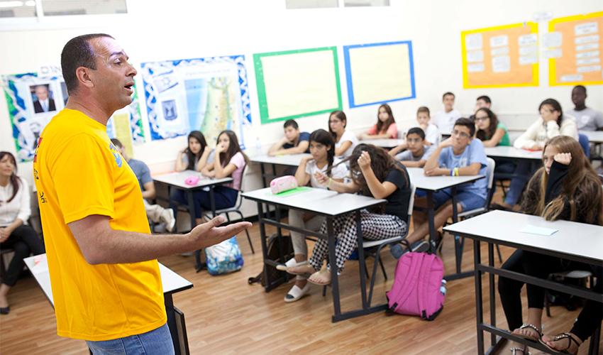 מורה ותלמידים בכיתה (צילום: תומר אפלבאום)