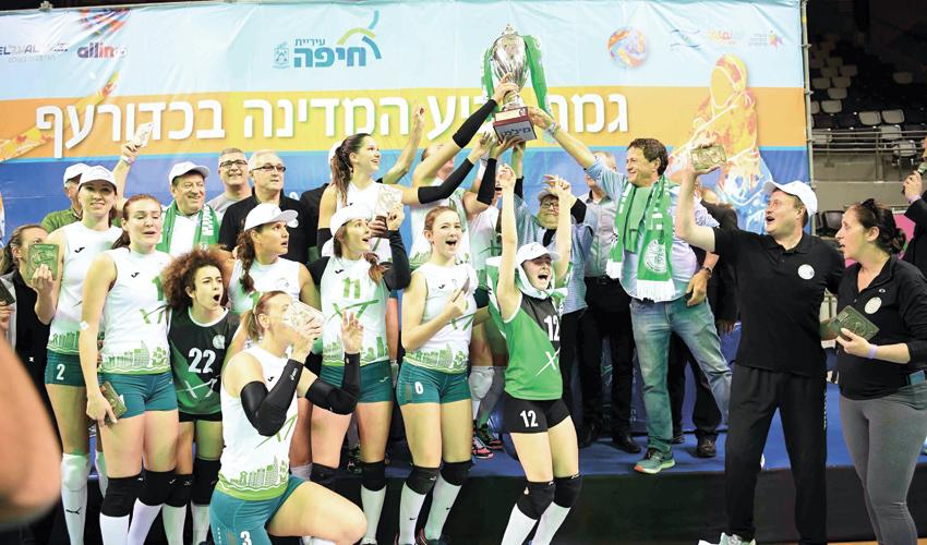 מכבי XT חיפה חוגגת את הזכייה בגביע. גם צלחת האליפות תונף ברוממה? (צילום: צלמוס)