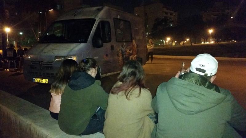 """בי נוער במפגש עם מתנדבי """"כתובת רחוב"""" (צילום: עמותת עלם)"""