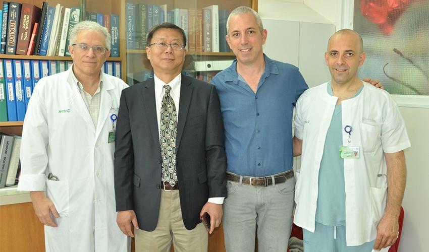 """פרופ' סאן ווי גואו עם פרופ' עופר לביא, ד""""ר יובל קאופמן וד""""ר ניר חייא (צילום: אלי דדון)"""