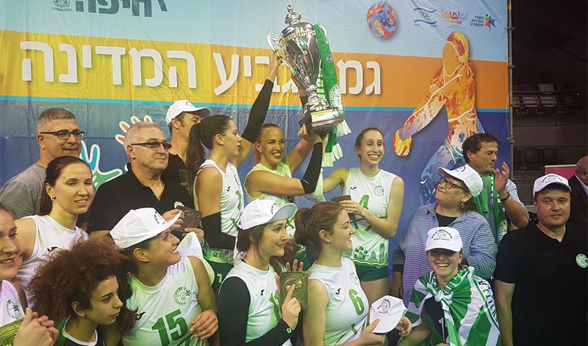 שחקניות מכבי XT חיפה מניפות את גביע המדינה. לא פיגרו אפילו פעם אחת לאורך כל המשחק