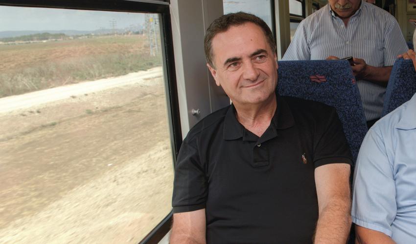 שר התחבורה ישראל כץ בנסיעה ברכבת (צילום: גיל אליהו)