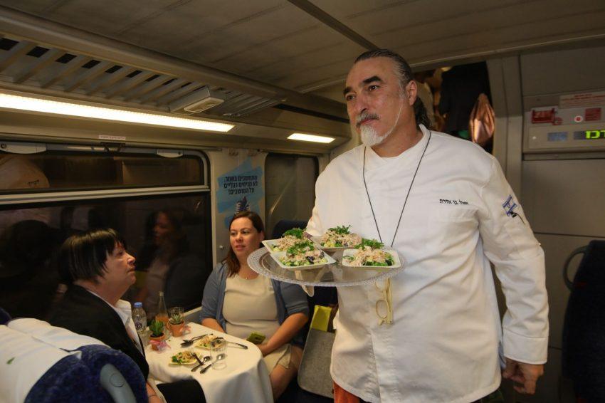 שאול בן אדרת מנצח על ארוחת הגורמה ברכבת (צילום: יוסי אלוני)