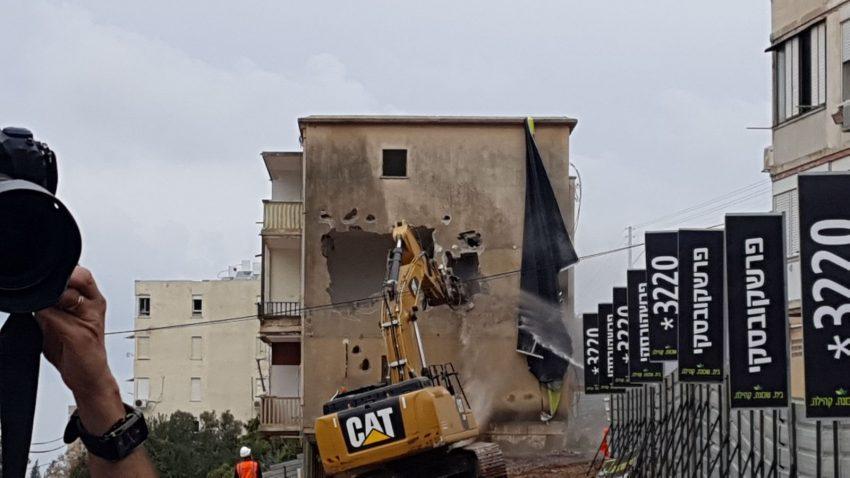 """הריסת הבניין בפרויקט הפינוי-בינוי ברחוב ברל כצנלסון (צילום: יח""""צ)"""