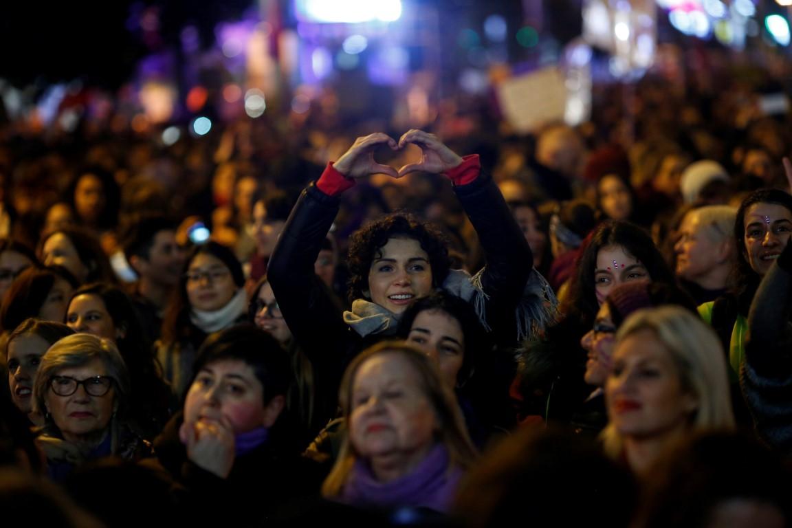 הנשים שמפלסות את הדרך (צילום: רויטרס)