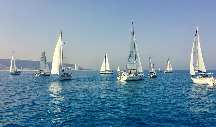 המשט של קהילת שייטי כרמל. בשיוטים של העיוורים בכל סירה שלושה שייטים עיוורים ובקר בטיחות אחד (צילום: ראובן פליט)