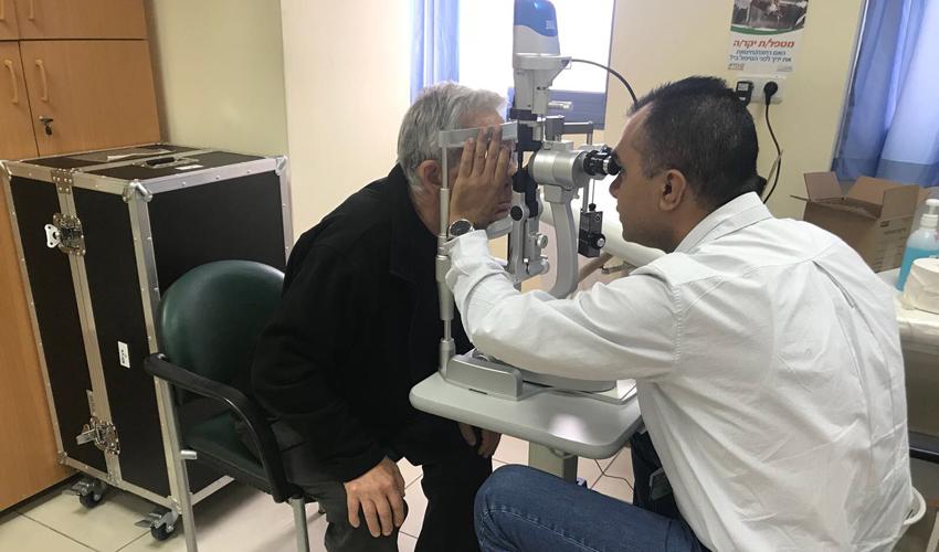בדיקה לאיתור תחלואת עיניים בחולה סוכרת (צילום: דוברות שירותי בריאות כללית)