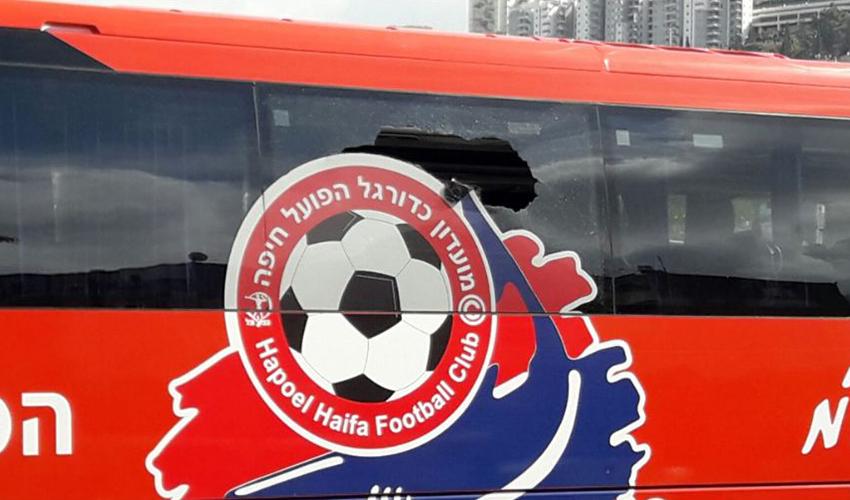 האוטובוס של הפועל חיפה ששמשתו נופצה. בהפועל משערים מיהם האחראים