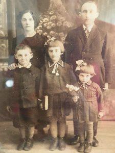 הילד חיים עם הוריו פייביש ודבוסל סווצ'ניק ואחיותיו דובה והניה (רפרודוקציה: חגית הורנשטיין)