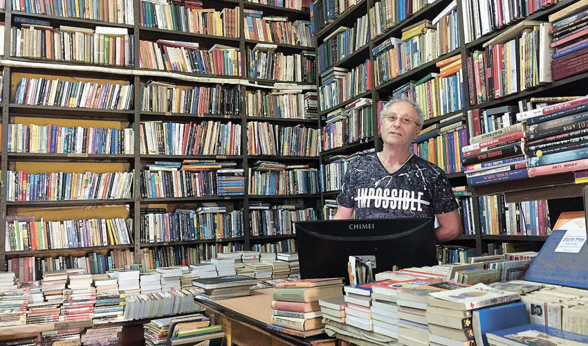 """יהודה כלפון במרתף הספר. """"אין לי ספרים בבית. זה הבית"""""""