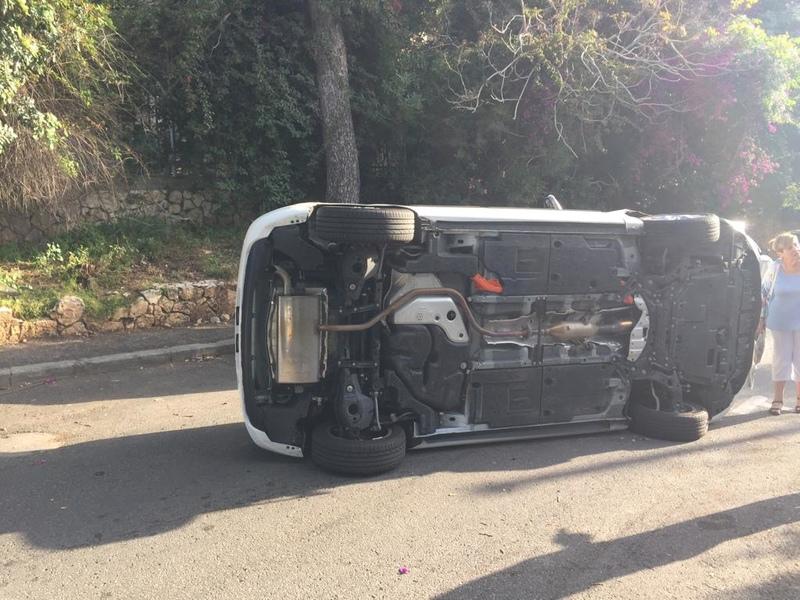 המכונית שהתהפכה ברחוב תל מאנה (צילום: חגית הורנשטיין)