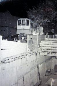 הכרמלית מוכנסת למנהרה (צילום: אנצ'ו גוש)