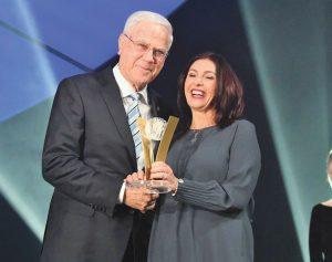 יעקב שחר מקבל פרס מפעל חיים משרת התרבות והספורט מירי רגב (צילום: צלמוס)