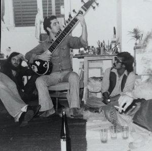 """עושים מוזיקה בבית רוטשילד (צילום: דף הפייסבוק """"בוגרי הדשא של בית רוטשילד"""")"""
