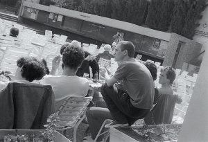 """ברחבה של בית רוטשילד (צילום: דף הפייסבוק """"בוגרי הדשא של בית רוטשילד"""")"""
