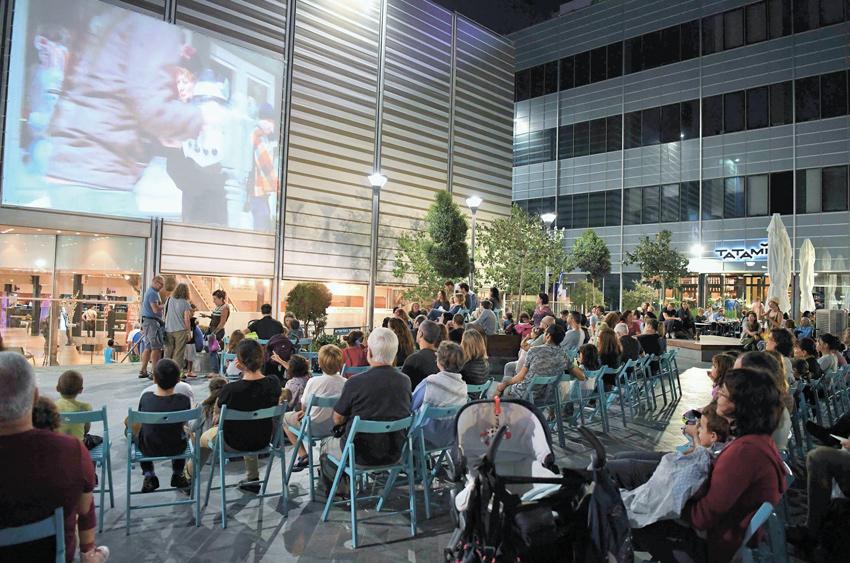 סרט על קיר האודיטוריום במסגרת פסטיבל הסרטים (צילום: ראובן כהן, דוברות עיריית חיפה)