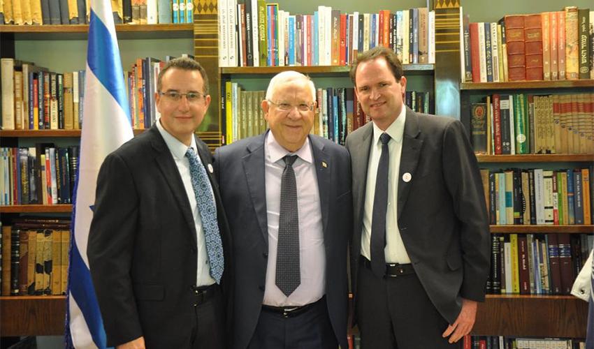 פרופ' רונן רובינשטיין (משמאל), נשיא המדינה ראובן ריבלין ונשיא האיגוד הישראלי פרופ' רן קורנובסקי בבית הנשיא (צילום: בית הנשיא)