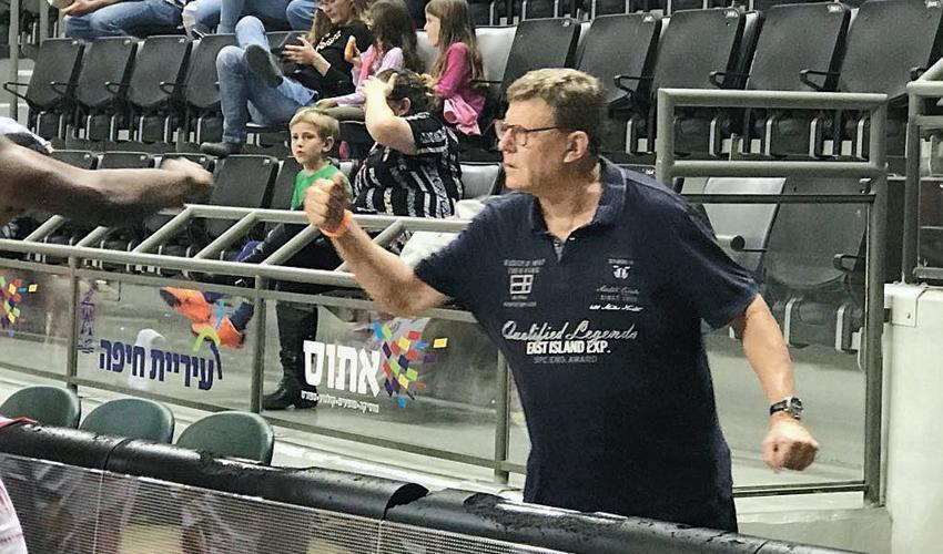 רני כהנא על ספסל הקבוצה במשחק מול מכבי קרית מוצקין. גם הוא לא הצליח לסייע (צילום: דוברות הפועל חיפה)