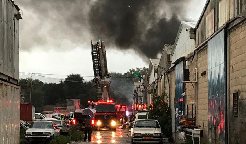 שריפה ברחוב חלוצי התעשייה (צילום: דוברות כיבוי אש)